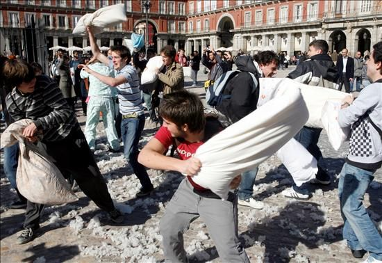 Guerra de almohadas en la Plaza Mayor de Madrid