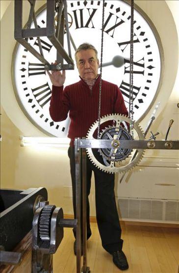 Los relojeros ponen a punto el reloj de la puerta del sol for El reloj de la puerta del sol