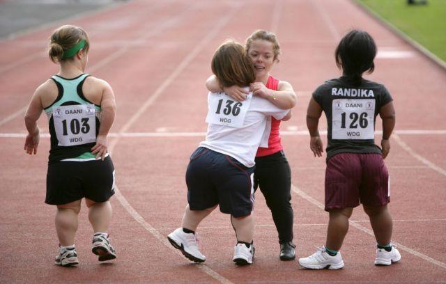 atletas participan en los juegos olímpicos para enanos en la pista ...