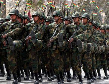 El Ejército y la Policía de Bolivia lucirán la bandera indígena en