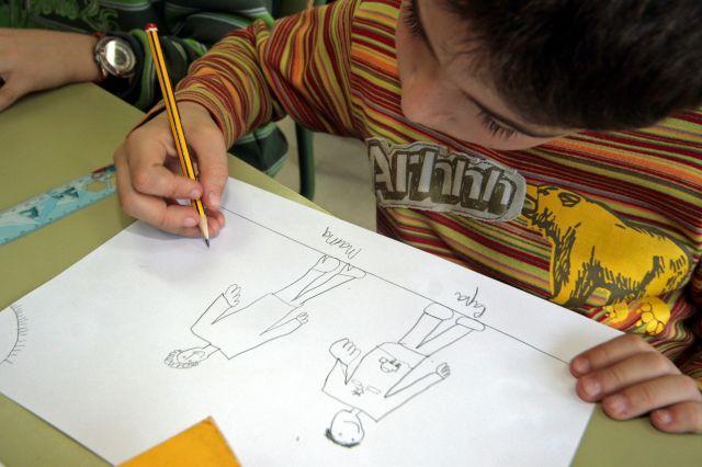 Un ni o hace un dibujo en clase qu es - Ninos en clase dibujo ...