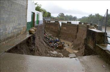 Evacuadas 20 personas al caerse un muro en un pueblo de for Alquiler de casas en alcolea del rio sevilla