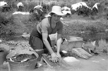Una vecina de Saldeana pasa de lavadoras y prefiere hacerlo a mano, en el río