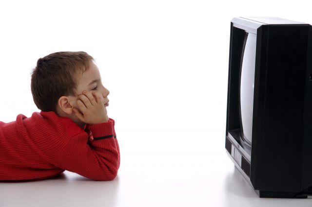 Un niño viendo la tele. | Qué.es