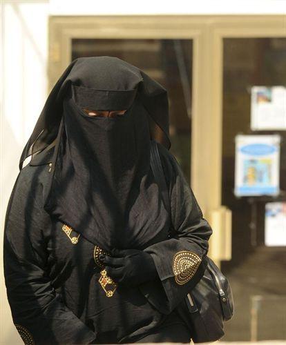 Una mujer con niqab camina por la calle / REUTERS