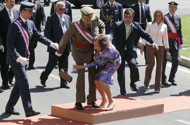 Tropiezo de la Reina Sofía en el desfile del Día de las Fuerzas Armadas en Badajoz