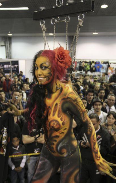 tatuajes y sus riesgos. tatuajes horoscopos. Una mujer enseña sus tatuajes suspendida en el aire,