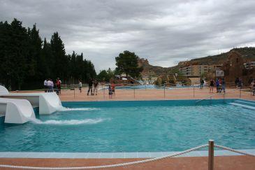 El parque acu tico de monz n registra en su primer mes de for Piscinas municipales barcelona