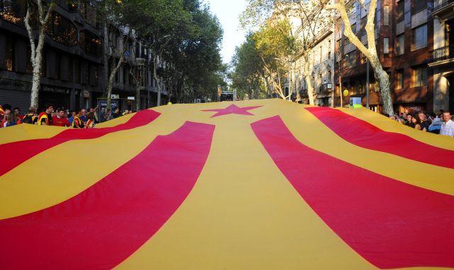 Una  'senyera' desplegada en Barcelona por independentistas catalanes. Foto: AP