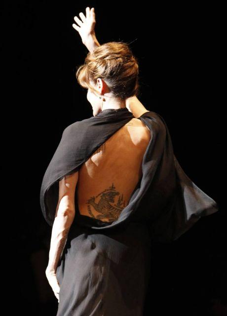 tatuaje en la. Angelina Jolie lleva un tigre tatuado en la espalda