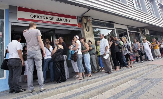 personas agolpadas en la oficina de empleo en madrid