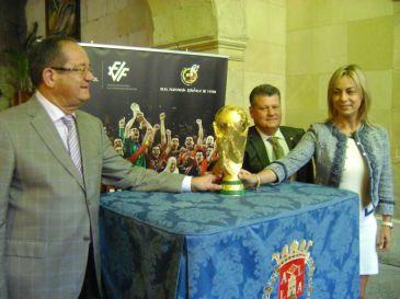 Castedo recibe la Copa del Mundo 2010 de la selección española de fútbol