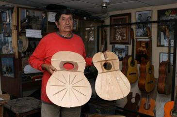 Un luthier ecuatoriano elabora guitarras para artistas for Que es un luthier