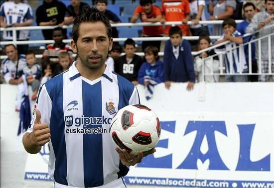 El ex delantero del RCD Espanyol, Raúl Tamudo, durante su presentación como nuevo jugador de la Real Sociedad, el pasado mes de agosto. EFE/Archivo