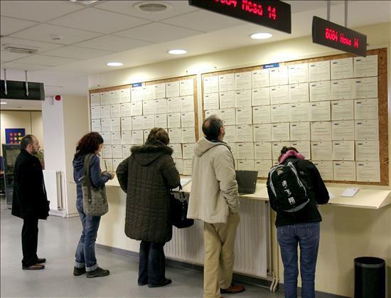 Personas sin trabajo rellenando formularios en una oficina for Oficina empleo oviedo
