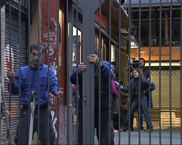 Barcelona empieza a instalar en la boqueria las rejas para - Calle boqueria barcelona ...