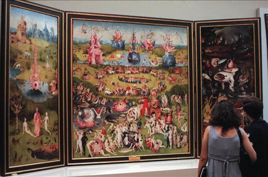 Dos personas observan el cuadro el jard n de las delicias for El jardin de las delicias significado