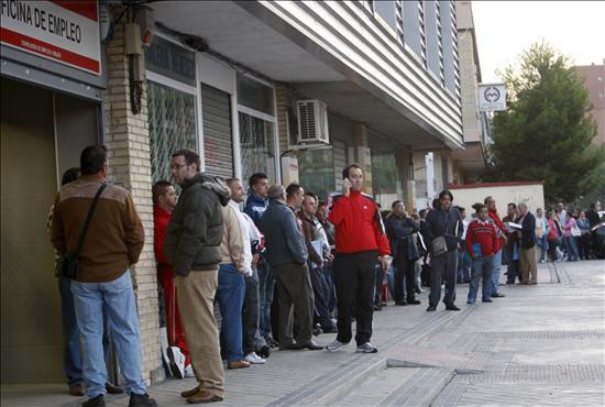 Desempleados esperando turno ante una oficina del inem en for Oficina inem madrid