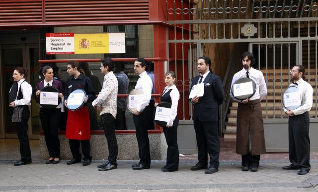 Camareros en la puerta del inem contra la ley antitabaco - Inem puerta del angel ...