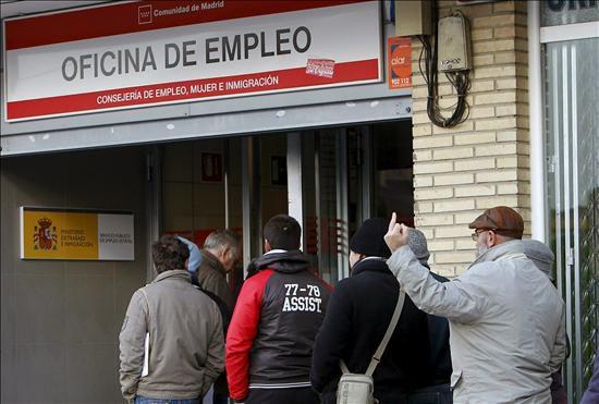 En la imagen gente haciendo cola para entrar en una for Oficina de empleo madrid