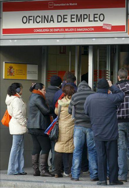 gente haciendo cola para entrar en una oficina de empleo