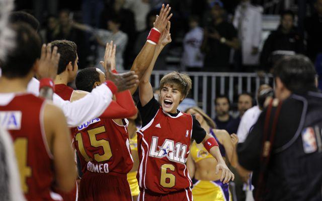 Justin Bieber choca los cinco con su equipo