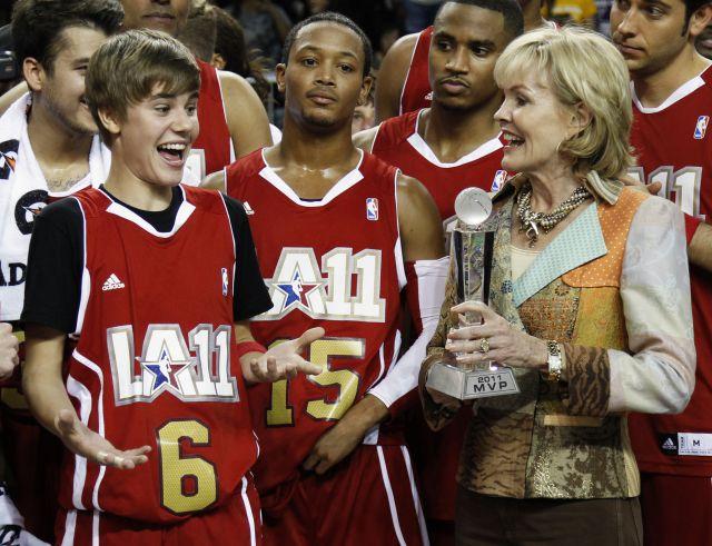 Justin, feliz al recibir el premio MVP tras le aprtido de las celbridades