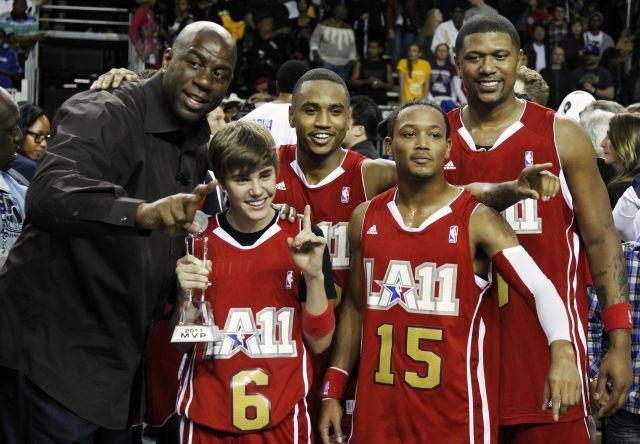 Justin Bieber, arropado por su equipo en la All Star