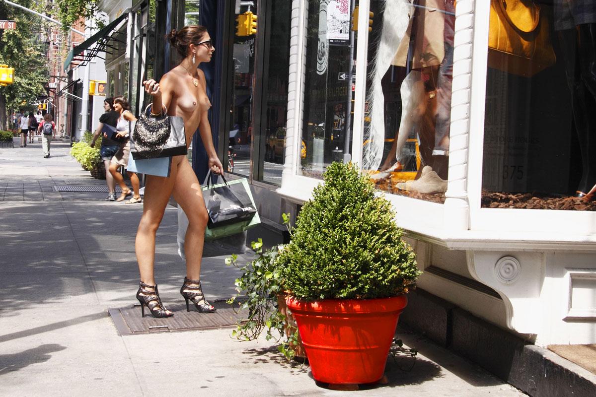 Ходит с самотыком по магазину 21 фотография