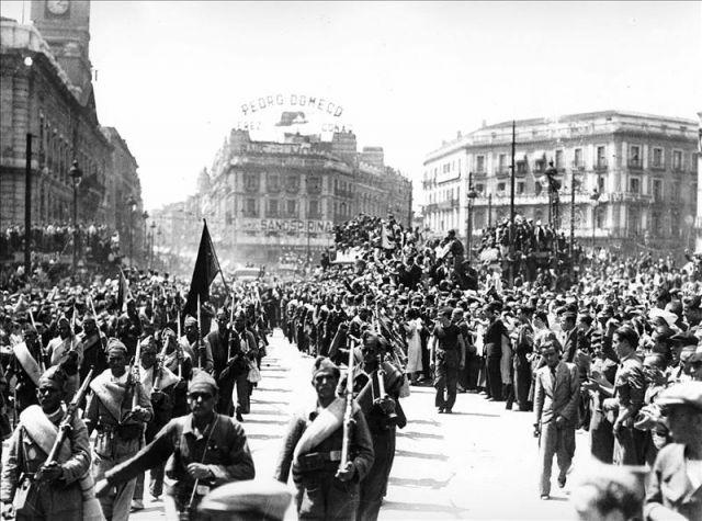 Madrid julio de 1936 desfile militar en la puerta del for Que es la puerta del sol en madrid