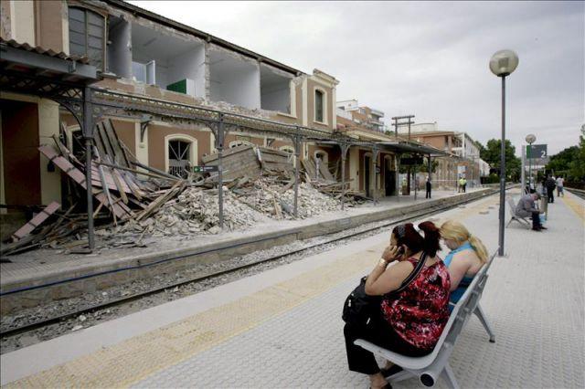 Varias personas esperan el tren de cercan as murcia lorca - Lorca murcia fotos ...