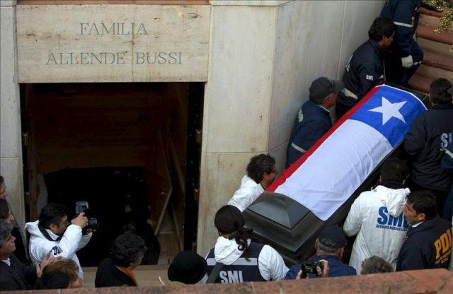 Aspecto del féretro del presidente chileno Salvador Allende, en el momento en que es extraido del mausoleo familiar el pasado 23 de mayo durante la exhumación de los restos del mandatario en el Cementerio General, en Santiago de Chile (Chile). EFE/Archivo