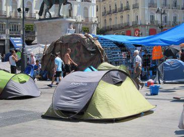 Los últimos acampados comienzan a abandonar Sol para iniciar su ruta itinerante por Madrid