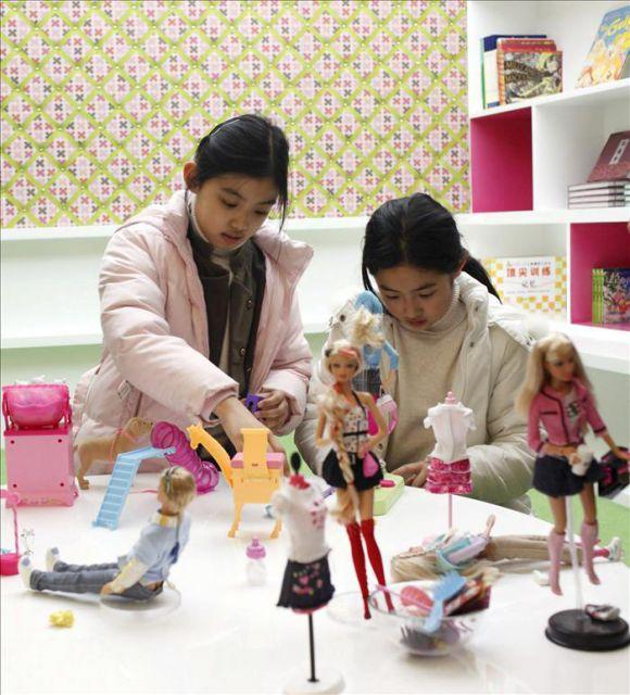 Fotografía de archivo que muestra a dos niñas jugando durante la ...