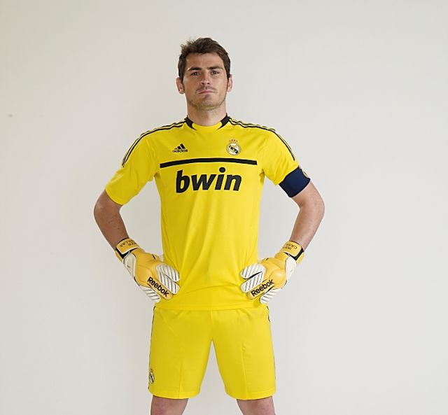 Casillas Luce La Nueva Camiseta Del Real Madrid Para La Temporada 2011
