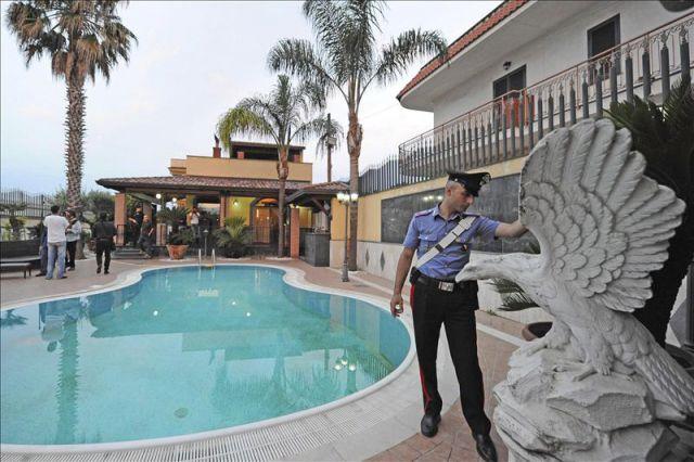 Efectivos de la polic a italiana registran la casa de for Piani di pool house con alloggi