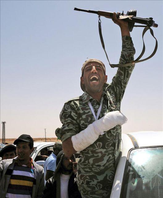 Rebeldes celebrando su victoria en un combate entre Ajdabiya y Brega el pasado abril. EFE