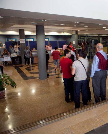 fila en las oficinas del real zaragoza para comprar