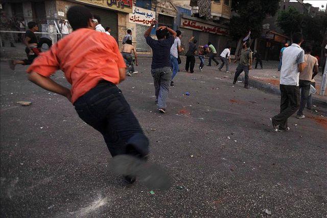 Protestantes pelean con hombres armados de palos, cuchillos y botellas durante una marcha al Ministerio de la Defensa desde la Plaza Tahrir en El Cairo (Egipto). EFE/Archivo