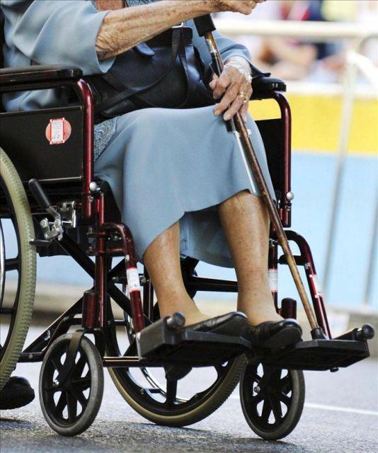 Una anciana en silla de ruedas efe archivo qu es - Tamano silla de ruedas ...