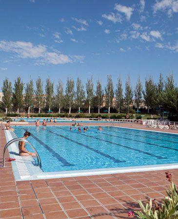 La temporada de verano de las piscinas municipales llega a for Piscinas municipales barcelona
