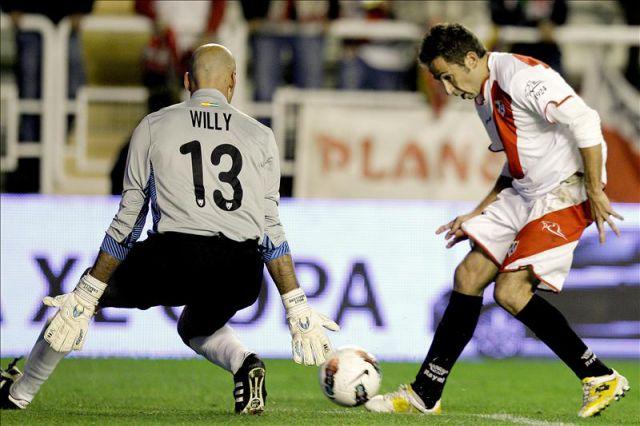 El delantero del Rayo Vallecano, Raúl Tamudo (d), intenta superar al portero argentino del Málaga, Willy Caballero, durante el partido correspondiente a la décima jornada de Liga en primera división que les enfrentó en el estadio de Vallecas. EFE