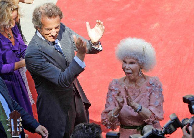 La Duquesa de Alba baila por palmas tras su boda con Alfonso Díez
