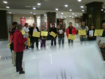 Los abuelos indignados toman una sucursal del banco for Horario oficinas banco santander barcelona