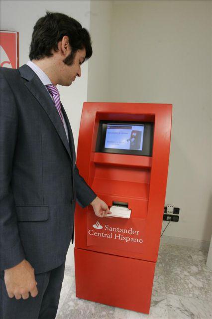 Un cliente actualiza su libreta en un cajero autom tico de for Cajeros automaticos banco santander