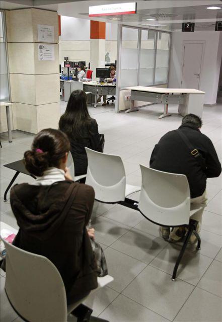 Personas esperando para ser atendidas en una oficina del inem en madrid efe archivo qu es - Oficinas inem madrid ...