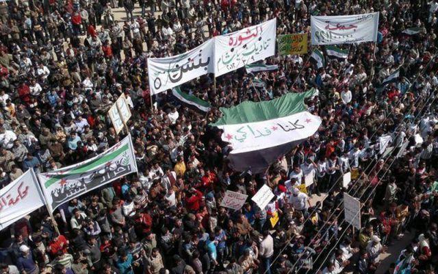 Una multitud protestando en Binish, cerca de Idlib en Siria. EFE/Archivo