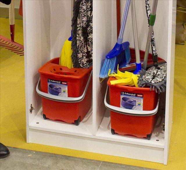 Tiles de limpieza almacenados en un armario efe archivo - Armarios para guardar productos de limpieza ...