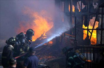 Un Incendio En Un F Brica De Pl Sticos En Santiago De
