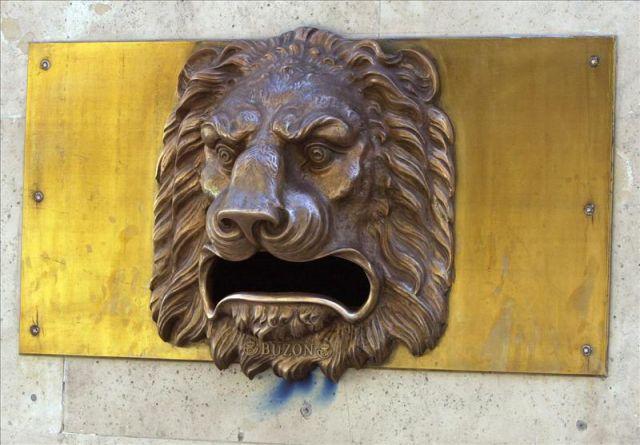 Una cabeza de le n en bronce que hace la funci n de buz n - Oficinas de correos en leon ...